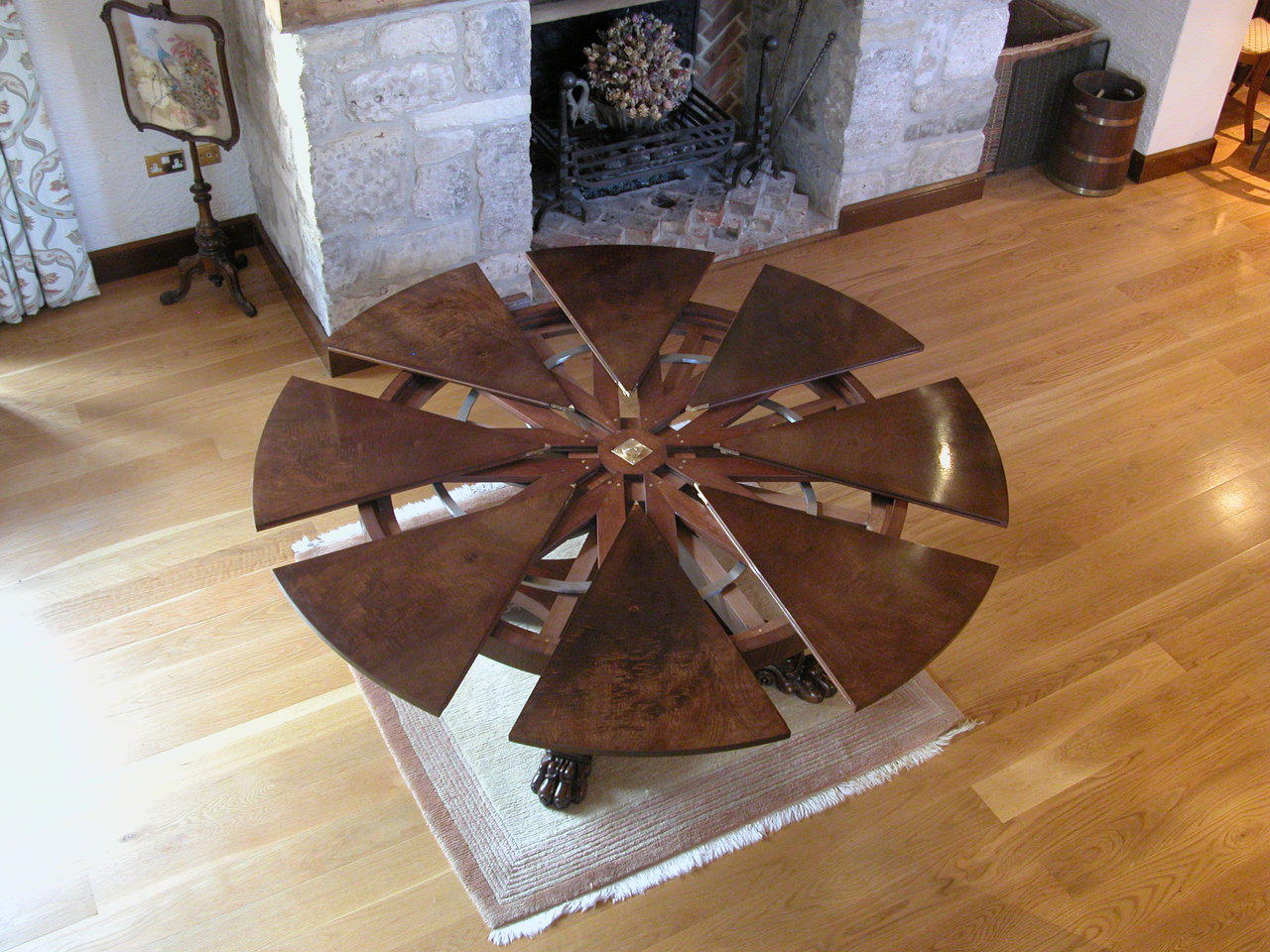 Expandable round dining room table