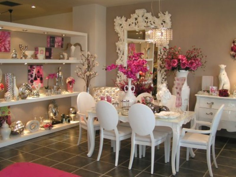 In this week, we?ve collected the finest ranges from classical to contemporary dining room and living room in pink color theme to inspire you how to use this chic color to celebrate the spirit of Valentine Days.As the place for entertain your guest or couple, you have to prepare this room as well as your dining room.